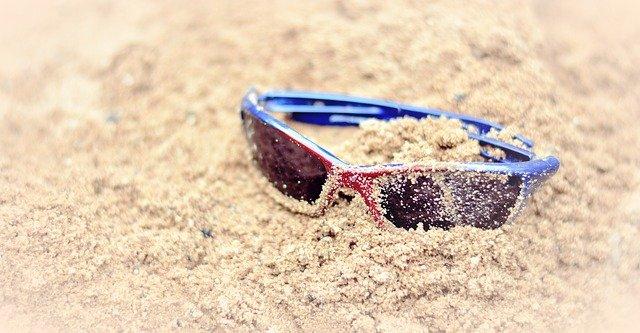 brýle v písku
