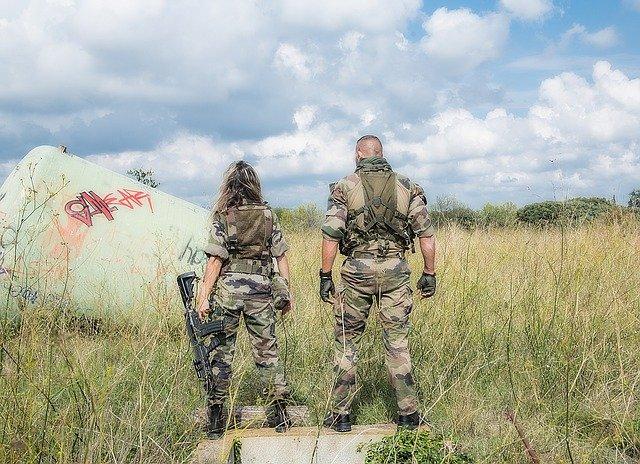 dvojice ve vojenském oblečení