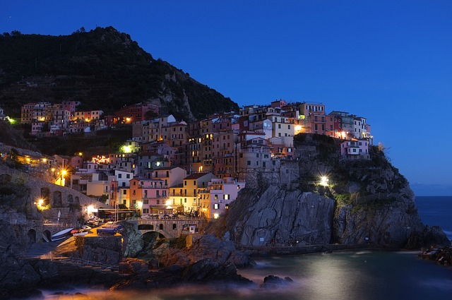 město na skalách