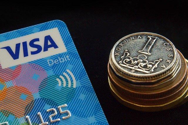 platební karta a mince