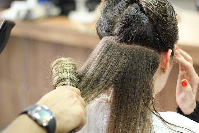 žena u kadeřníka